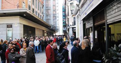 Ya es frecuente encontrarse con estas interminables colas en la calle del Carmen. Cientos de personas se pasan a lo largo del día por la administración ''Doña Manolita''  para comprar su lotería de Navidad.