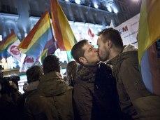 Parejas celebrando en la Puerta del Sol la decisión del Tribunal Constitucional