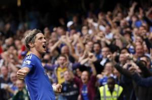 Fernando Torres celebra un gol ante la afición