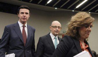 El ministro de Hacienda, Cristóbal Montoro, la vicepresidenta de del Gobierno, Soraya Sáenz de Santamaría y el ministro de Industria, José Manuel Soria
