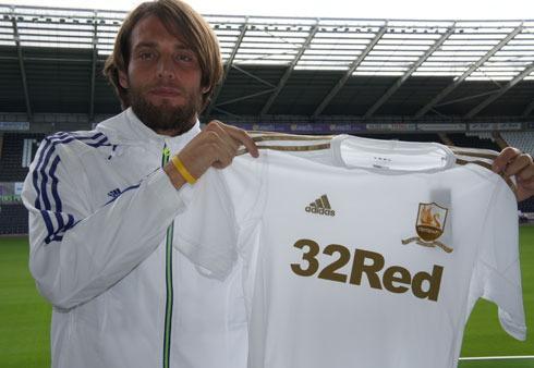 Michu posando con la camiseta del Swansea