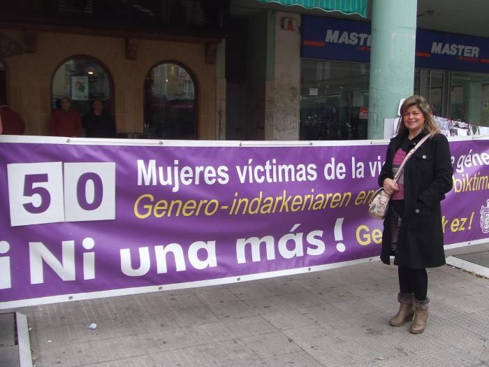 La presidenta Sagrario con una pancarta.