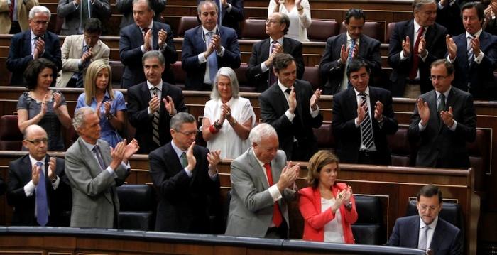 Aplausos de los populares tras aprobar la mayor subida de impuestos de la historia democrática