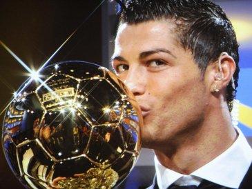 Cristiano Ronaldo con su Balón de oro de la temporada 2008.