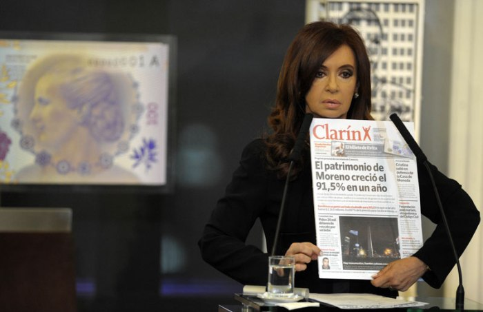Kirchner apela al pluralismo periodístico como crítica al emporio informativo Clarín.