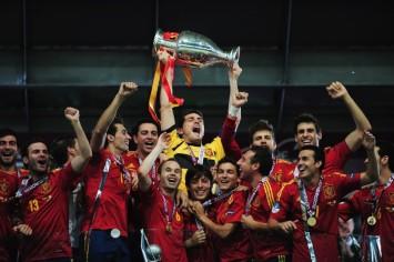 Íker Casillas levanta el trofeo que ganaron contra Italia