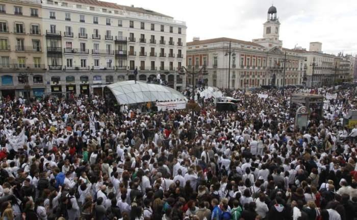 La marea blanca ocupó domingo tras domingo las calles de la capital contra el plan privatizador del PP