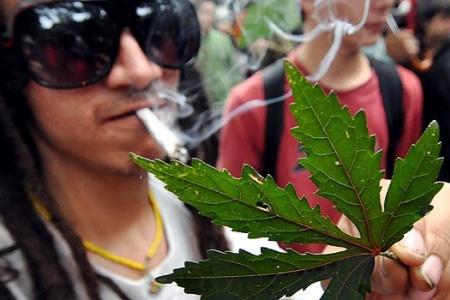 Un hombre celebra la legalización de la marihuana