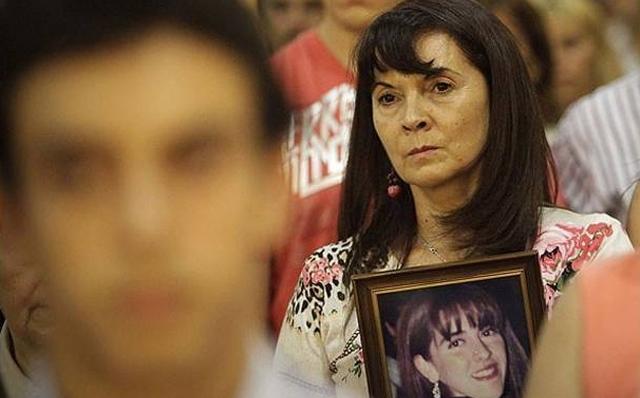 """La """"madre coraje"""" mostrando una foto de su hija Marita, desaparecida en 2002."""