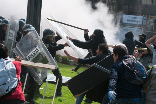 Manifestantes se enfrentan a la policía en Ciudad de México