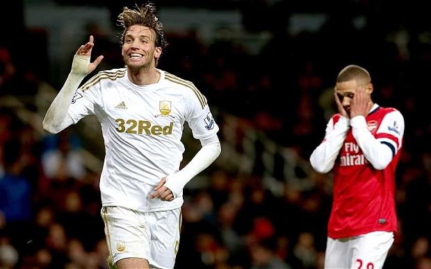 Michu celebrando un gol frente al Arsenal