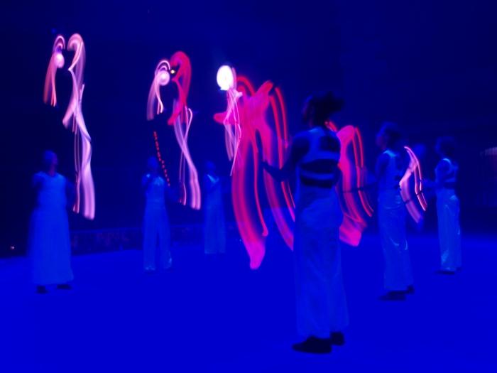 Gandini Juggling y sus mazas luminosas.