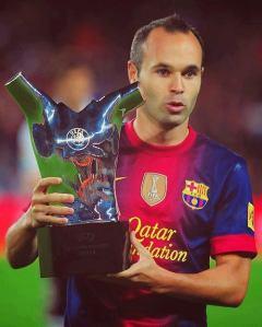 Andrés Iniesta con el trofeo al mejor jugador UEFA de 2012.