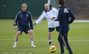 Benítez indica a Torres durante un entrenamiento