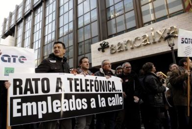 """""""Rato a Telefónica... Empleados a la calle"""", indignación frente a Bancaixa."""