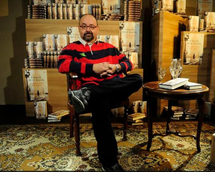 Zafón en la presentación de uno de sus libros. Fuente: Diario Público.