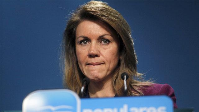 La secretaria general del Partido Popular durante la rueda de prensa concedida ayer / Fuente: El País