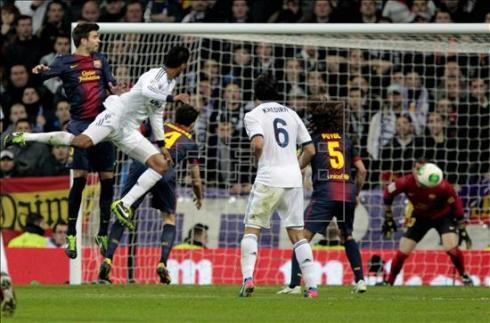Varane rematando a gol contra el F.C.Barcelona || FOTO: Efe