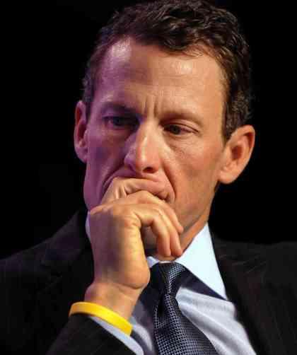 Armstrong con la pulsera de su fundación Armstrong