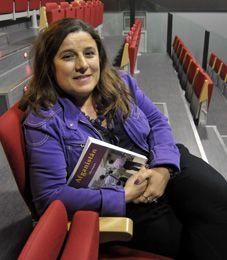 """La periodista posa junto a su libro, """"Afganistán""""."""