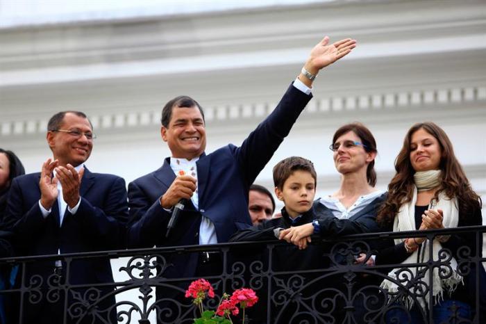 Rafael Correa celebra su reelección saludando a sus partidarios // Elpais.cr