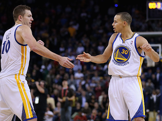 David Lee y Stephen Curry sostienen a los divertidos Warriors. || Foto: Yahoo