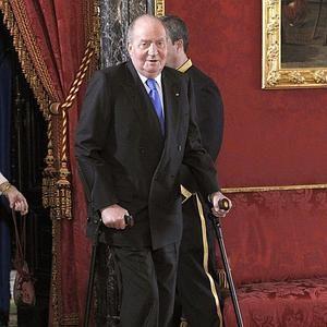 El Rey con muletas