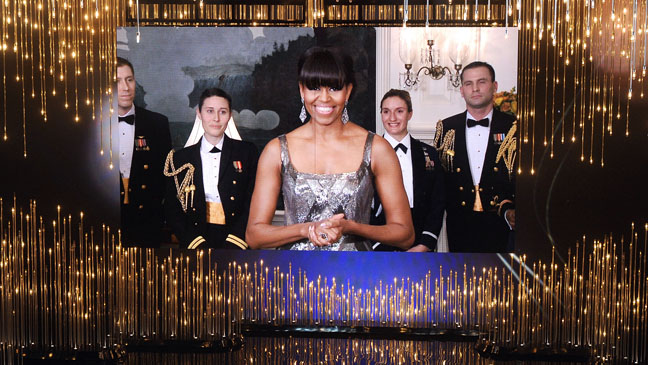 Michelle Obama entrega el premio a la mejor película, que se lo llevó Argo