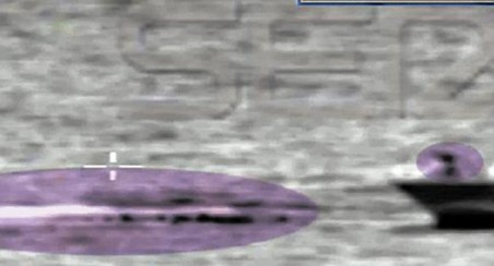 A la derecha, la patrulla de la Guardia civil. A la izquierda, restos de la patera arrollada e inmigrantes nadando. / EL PERIÓDICO