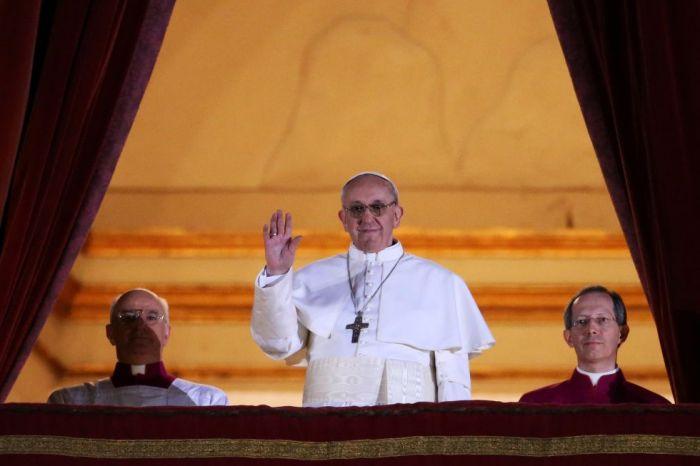 Francisco I saluda desde el balcón a la repleta Plaza de San Pedro del Vaticano