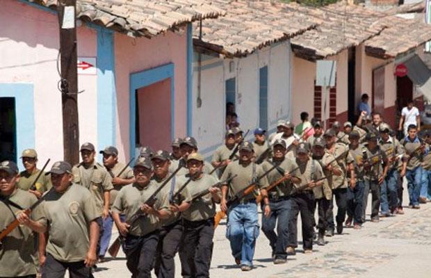 Milicianos avanzan en columna por el municipio//Foto: periodicocorreo.com.mx