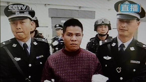 Extracto del vídeo que apareció en la televisión pública china y muestra a uno de los condenados a muerte camino del patíbulo / CCTV (AFP)