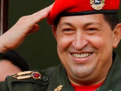 El comandante Hugo Chávez saludando