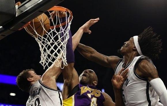 Kobe Bryant machaca el aro sobre Kris Humphries y Gerald Wallace.