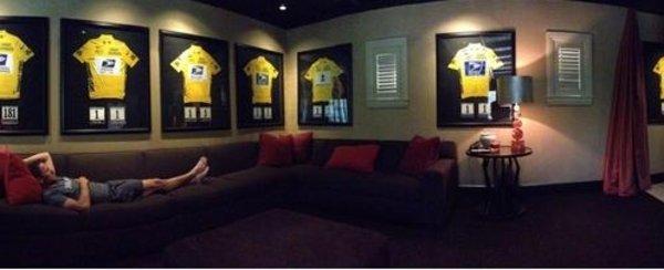 """Armstrong desafiando a la UCI mostrando una foto con los maillots ganadores del """"Tour"""""""
