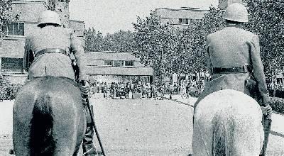 Dos policías vigilan una pequeña barricada en la Universidad Complutense en el inicio de las revueltas estudiantiles contra la dictadura