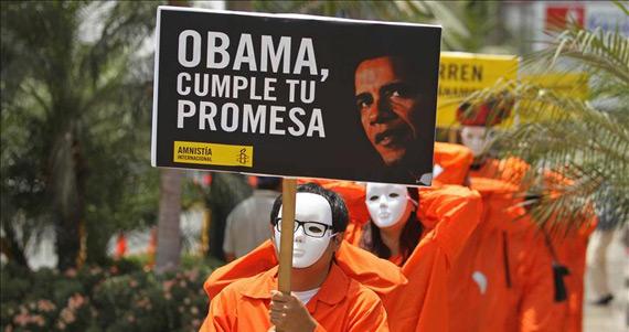 Activistas de Amnistía Internacional vestidos como los presos de Guantánamo exigiendo a Barack Obama su cierre // EFE