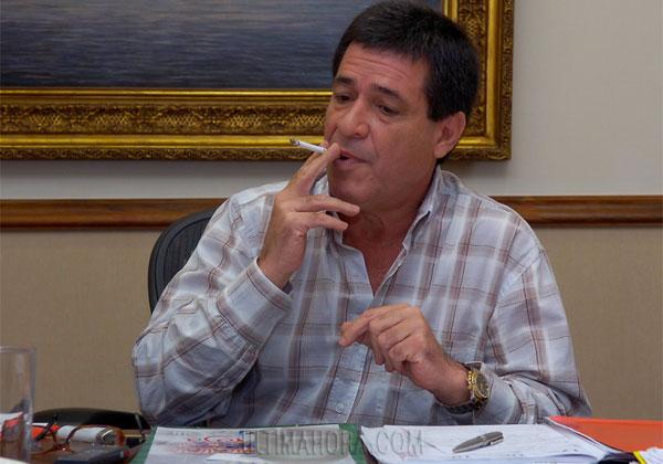 Horacio Cartes, presidente de Paraguay, fumando