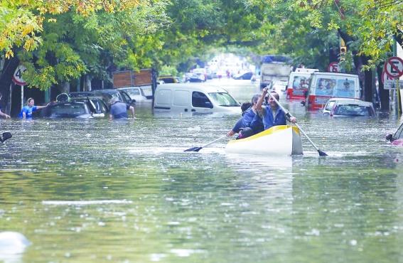 Una barca avanza por las calles inundadas de La Plata // Fuente: cronista.com