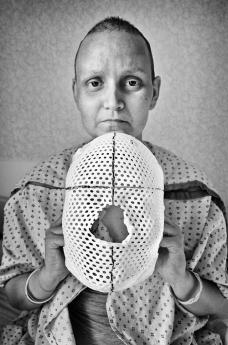 Jen con la máscara de radiación de cerebro