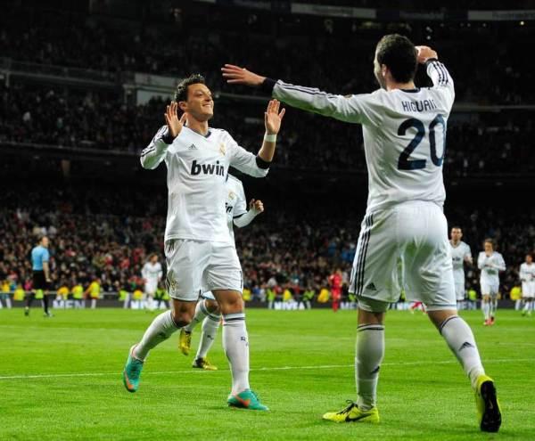 Argentino-del-Real-Madrid-Gonzalo-Higuain-delantero-R-celebra-con-el-aleman-del-Real-Madrid-el-centrocampista-Mesut-Ozil-2-a-R-despues-de-anotar