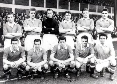 """Los """"Busby Babes"""" posan antes de un partido. Duncan Edwards se situa arriba, el primero por la derecha / Daily Mail"""