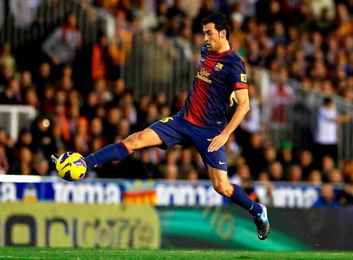 Busquets controla un balón durante un partido | FOTO: Getty