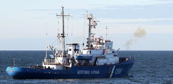 Disparos de aviso del  buque de la armada rusa  al barco 'Arctic Sunrise' en aguas del Ártico / Fuente: El País