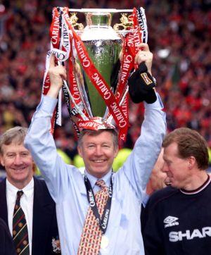 Alex Ferguson alzando uno de sus trece títulos de Premier League / Diario As.