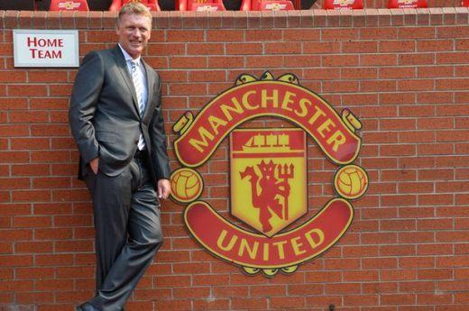 David Moyes posa junto al escudo de su nuevo equipo / Mirror