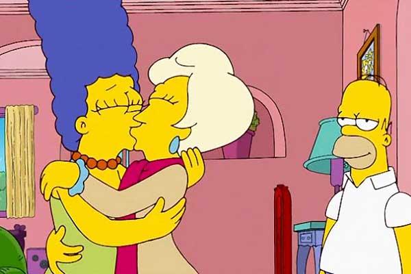 Marge se besa con otra mujer bajo la deseosa mirada de Homer
