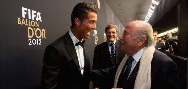 Cristiano Ronaldo y Joseph Blatter durante la gala del Balón de Oro 2012 | Foto: Ecuavisa