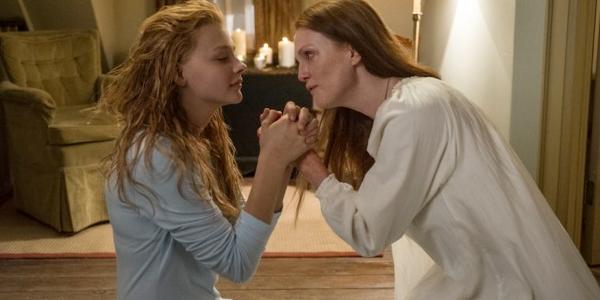 Carrie y su madre, a punto de rezar